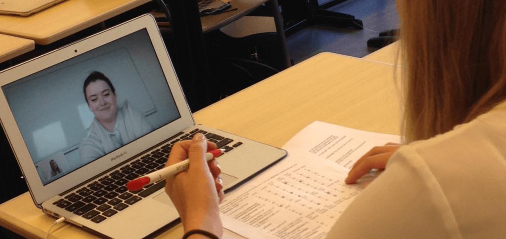 Studenten van de Hogeschool Utrecht oefenen met beeldschermzorg in de klas