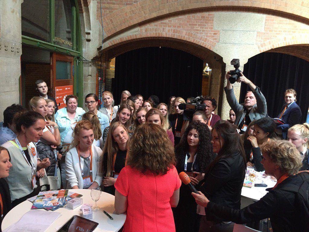 Minister Schippers in gesprek met verpleegkundigen in opleiding tijdens eHealth week (foto: Erik Gerritsen)