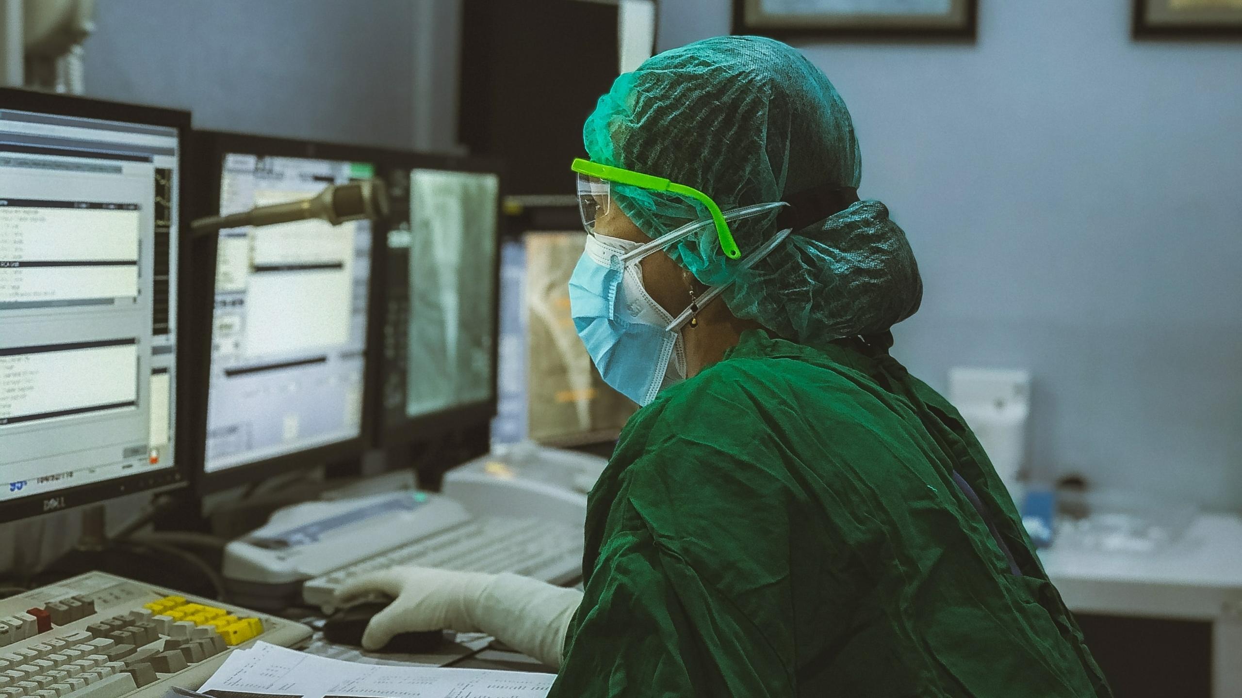 verpleegster verpleger verpleegkundige computer corona