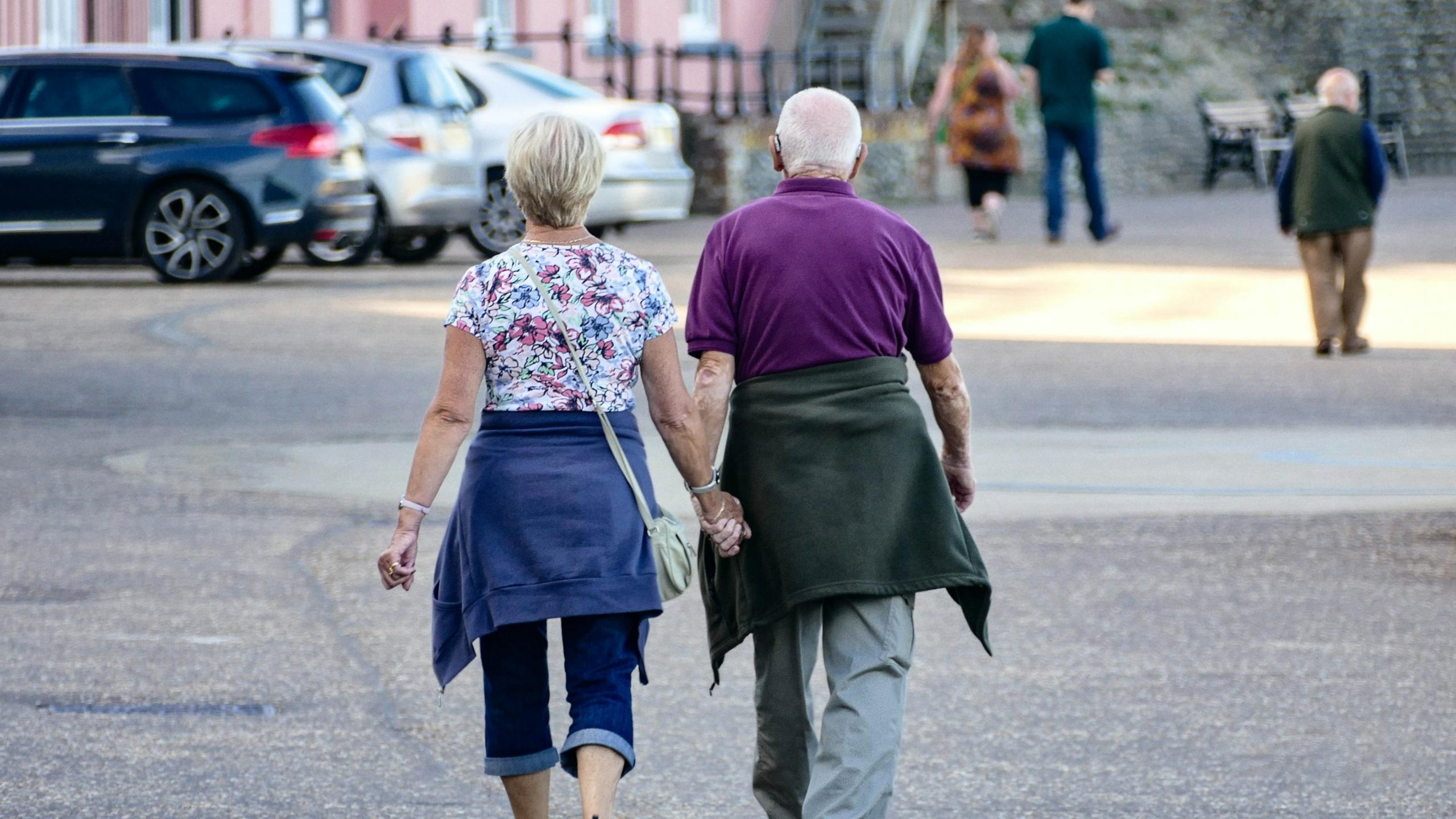 oude mensen wandelen gezond