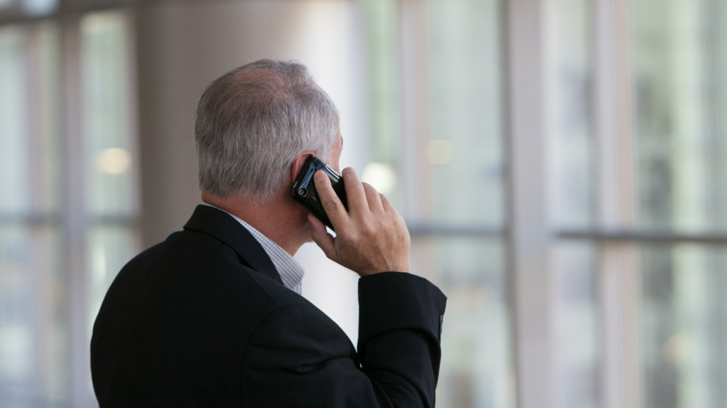 man belt met smartphone