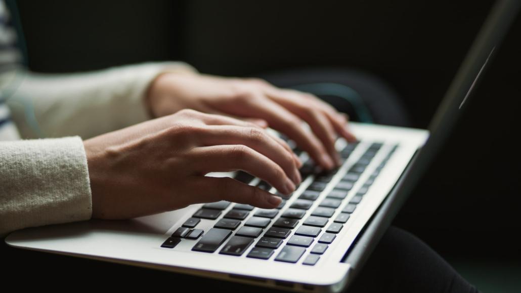 Vrouw schrijft op laptop