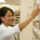 Apotheker neemt medicijn uit kast
