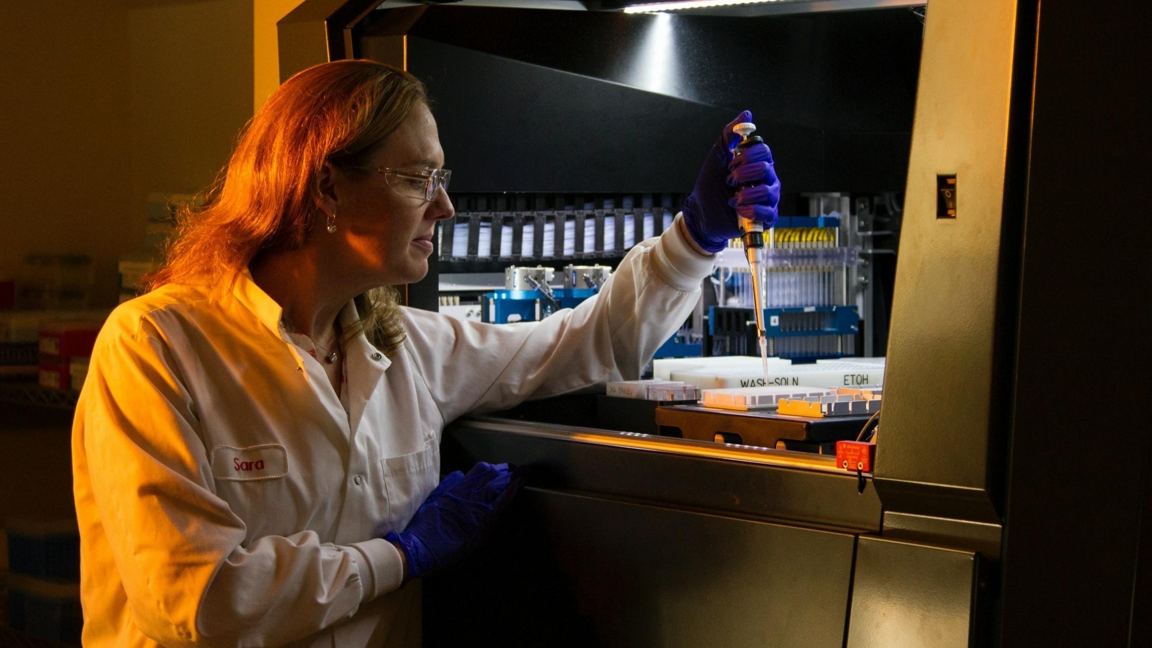 Vrouw voert onderzoek uit in kankeronderzoek