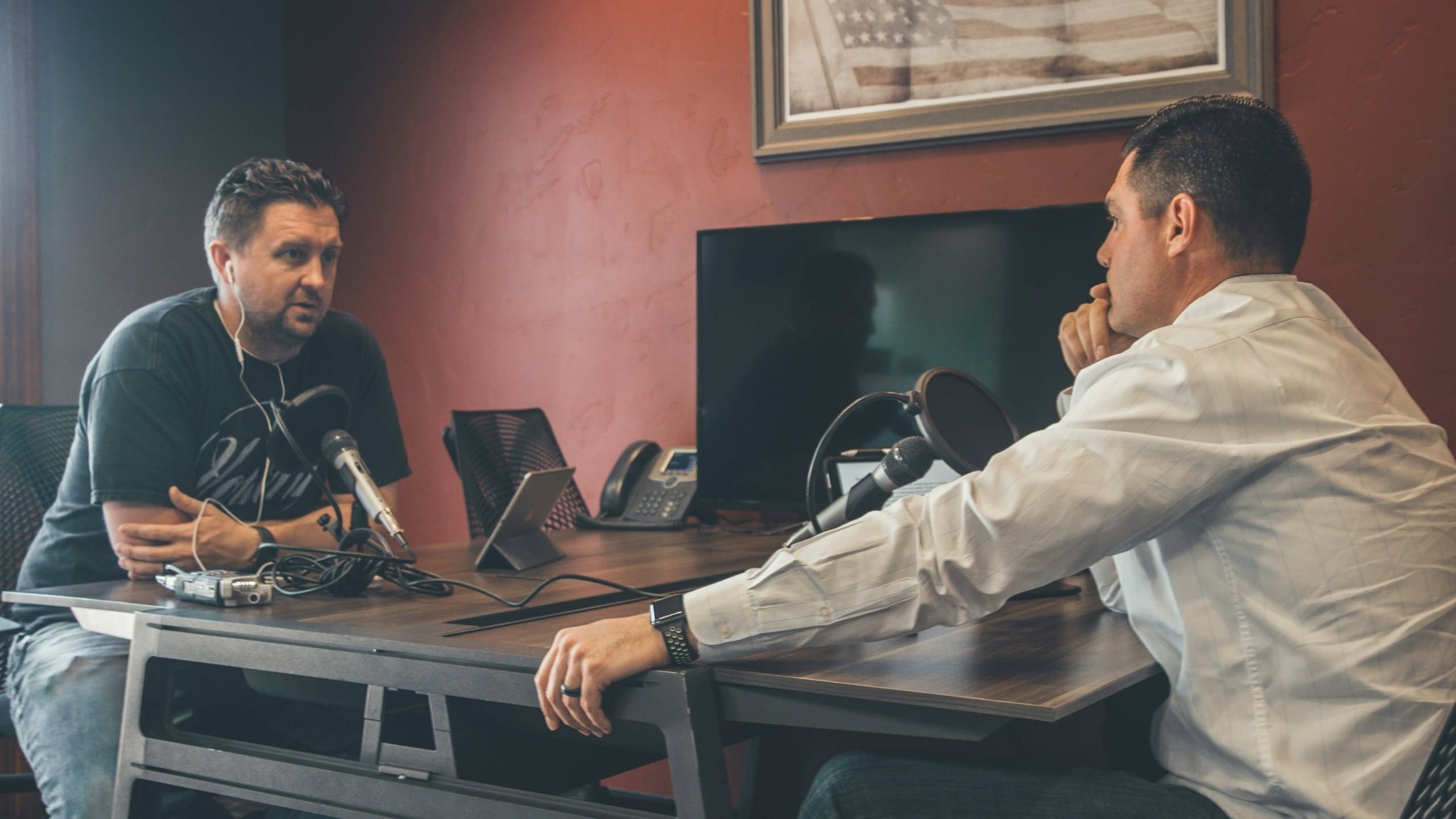 mannen praten via microfoon