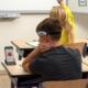 jongen draagt epihunter in klas