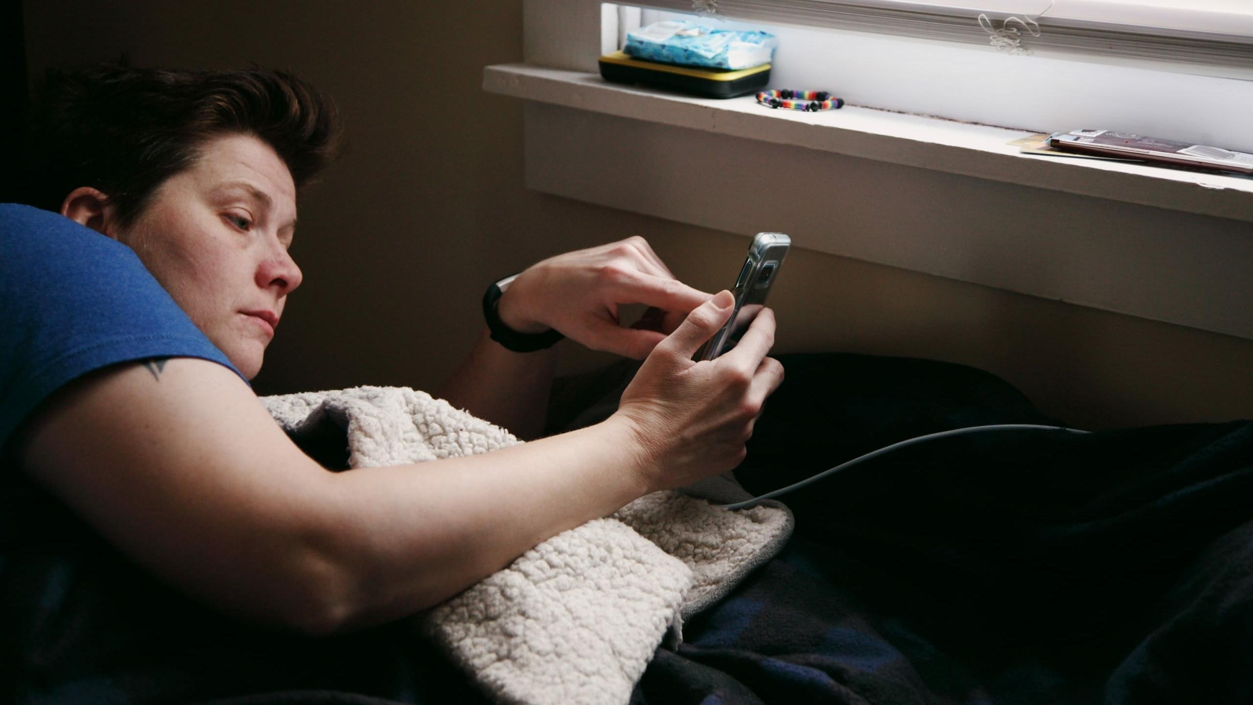 Vrouw checkt haar gsm