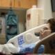 Vrouw ligt in ziekenhuis