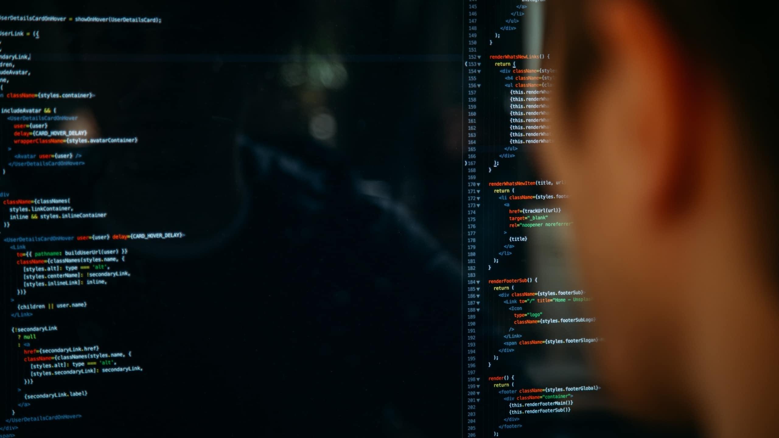 man kijkt naar scherm met codes